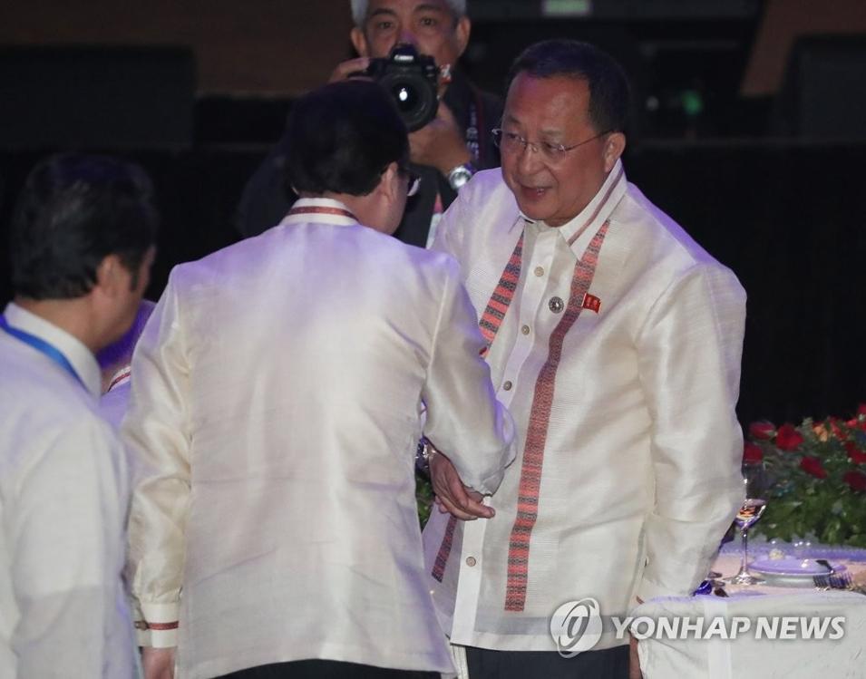 8月6日晚,在菲律宾马尼拉,朝鲜外相李勇浩(右)出席东盟地区论坛(ARF)欢迎晚宴。(韩联社)