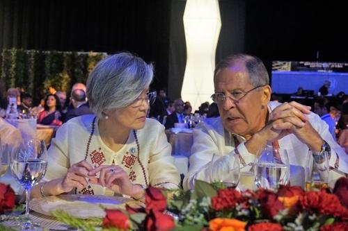 8月6日,在东盟地区论坛(ARF)晚宴上,韩国外长康京和(左)与俄罗斯外交部长谢尔盖·拉夫罗夫交谈。(韩联社/韩国外交部提供)
