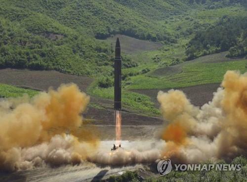 """朝鲜发射""""火星-14""""导弹画面。图片仅限韩国国内使用,严禁转载复制(韩联社/朝中社)"""