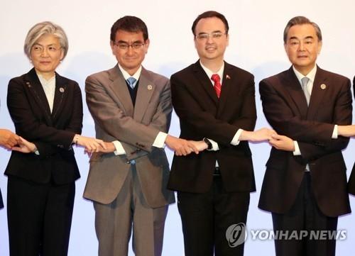 当地时间7日上午,在菲律宾马尼拉举行的东盟与韩中日(10+3)外长会上,(左起)韩国外长康京和、日本外相河野太郎、菲律宾外长彼得·卡耶塔诺和中国外交部长王毅并排牵手。(韩联社)