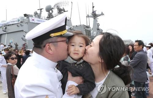 资料图片:被派至海外的官兵们在出发前与家人道别。(韩联社)