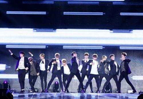 """8月7日晚8时,在首尔天空巨蛋,人气男团Wanna One举行出道演唱会""""Wanna One Premier Show-Con""""。图为演唱会现场。(韩联社)"""