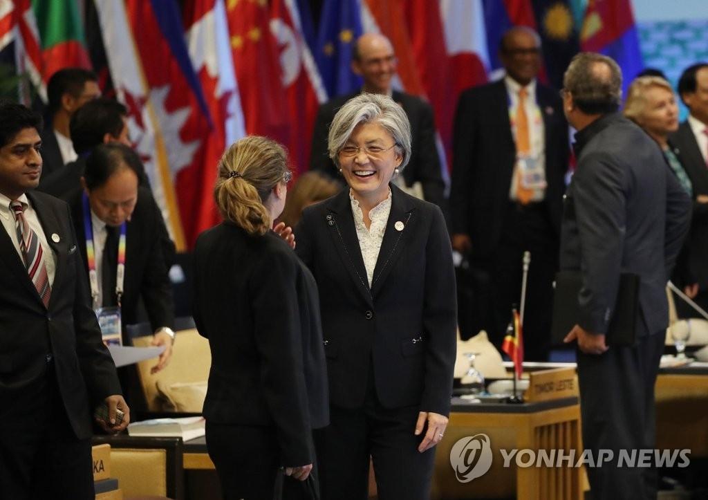 资料图片:当地时间8月7日,韩国外长康京和(左三)出席东盟地区论坛外长会。(韩联社)