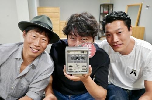 韩片《出租车司机》剧组庆祝观影超500万的纪念照(韩联社/Showbox发行商提供)