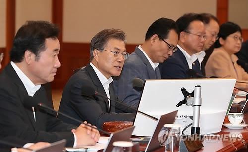 8月8日上午,在青瓦台,韩国总统文在寅(左二)主持召开国务会议。(韩联社)