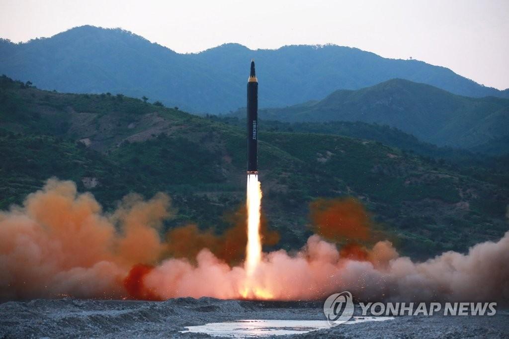 """图为""""火星-12""""中程弹道导弹(IRBM)发射照。图片仅限韩国国内使用,严禁转载复制。(韩联社/朝中社)"""