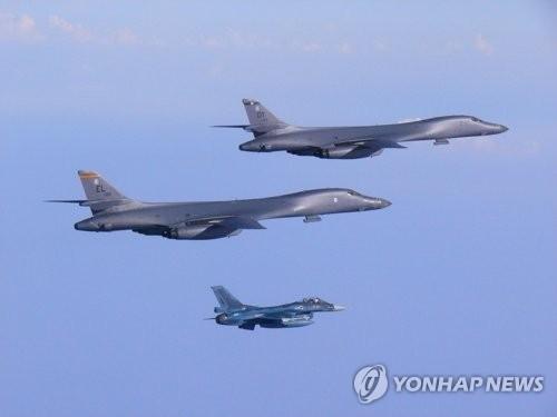 资料图片:7月30日飞抵韩半岛上空的B-1B战略轰炸机(韩联社)