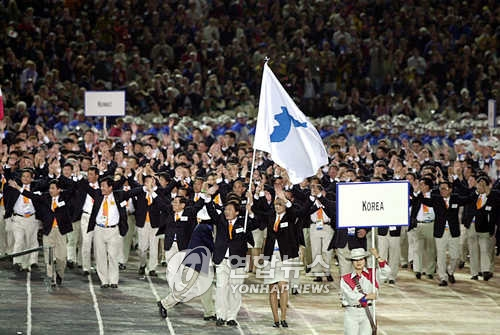 资料图片:2000年,在悉尼奥运会开幕式上,韩朝代表团共同入场。(韩联社)