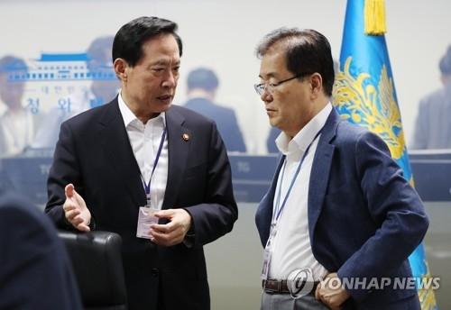 资料图片:国防部长官宋永武(左)与国家安保室室长郑义溶(韩联社)