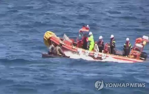 资料图片:5月27日,韩方救起在海上漂流的朝鲜船员。(韩联社)