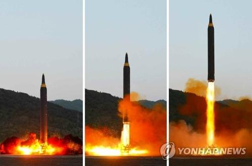 """朝鲜成功试射""""火星-12""""的场面。图片仅限韩国国内使用,严禁转载复制(韩联社/朝中社)"""
