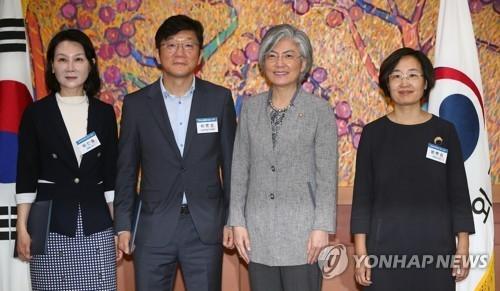8月10日上午,在外交部大楼,外长康京和(右二)与公共外交委员会民间委员合影。(韩联社)