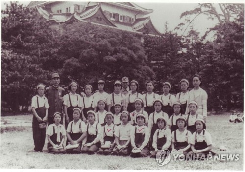 """1944年三菱公司""""女子挺身队""""合影,全部都是12-14岁的韩国少女。(韩联社)"""