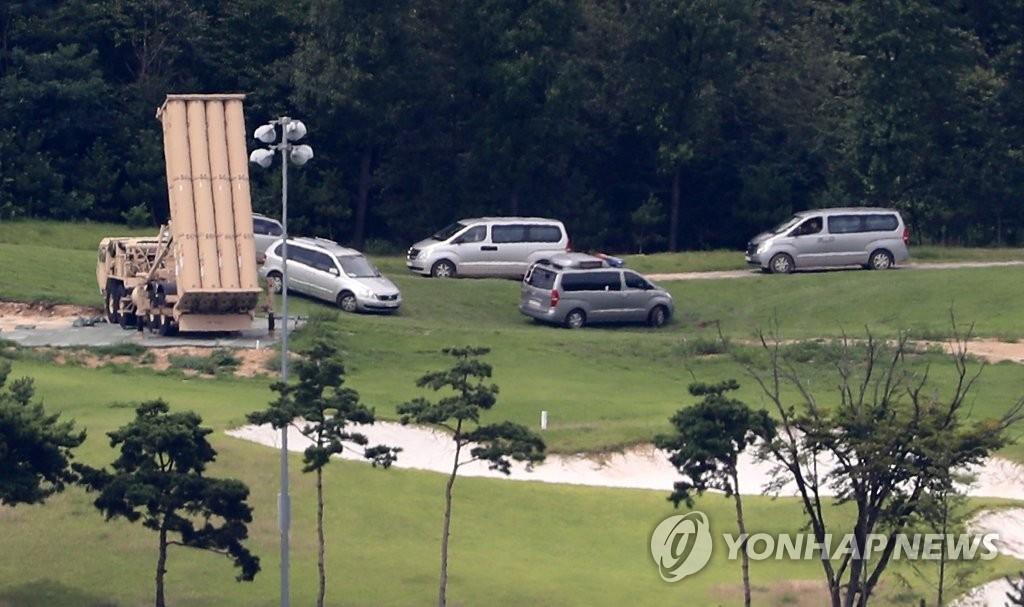"""8月12日下午,在庆尚北道星州的""""萨德""""基地,国防部等测评小组对基地内部的电磁波辐射和噪音等进行小规模环评。(韩联社)"""