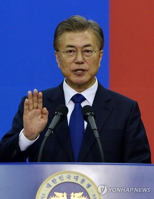 5月10日,在韩国国会举行的第19任总统就职仪式上,文在寅宣誓就职。(韩联社)