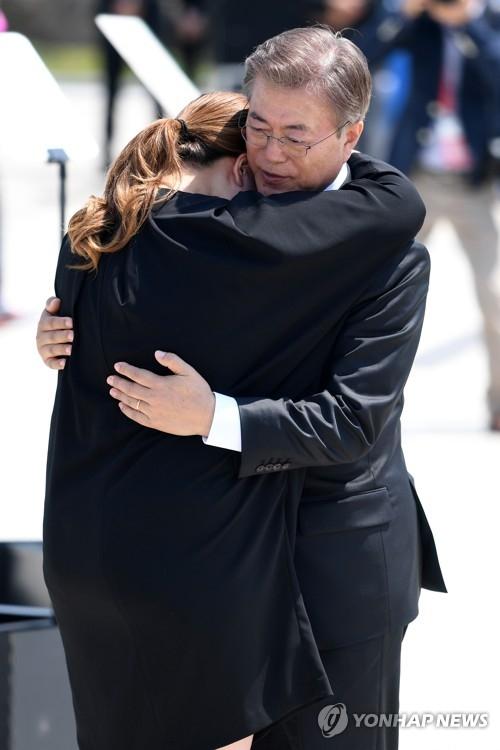 """5月18日,在""""5·18光州民主化运动""""第37周年纪念仪式上,文在寅安慰遇难者遗属。(韩联社)"""