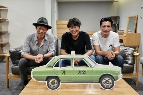 韩片《出租车司机》剧组庆祝观影超800万纪念照(韩联社/Showbox发行商提供)