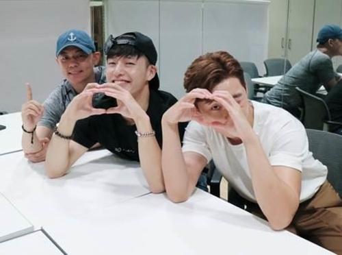韩片《青年警察》剧组庆祝观影超100万的纪念照(韩联社/乐天娱乐提供)