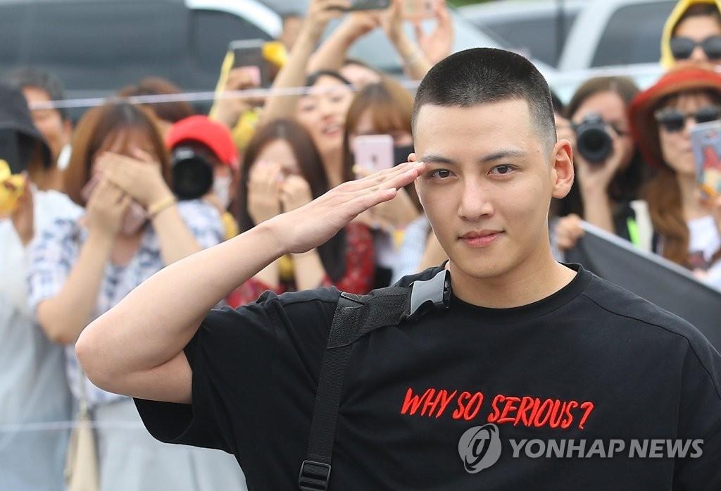 8月14日,在江原道铁原郡陆军第3师团,演员池昌旭前来接受新兵教育。(韩联社)