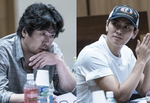 韩片《暗数杀人》主演金允石(左)和朱智勋(韩联社/秀博思公司提供)