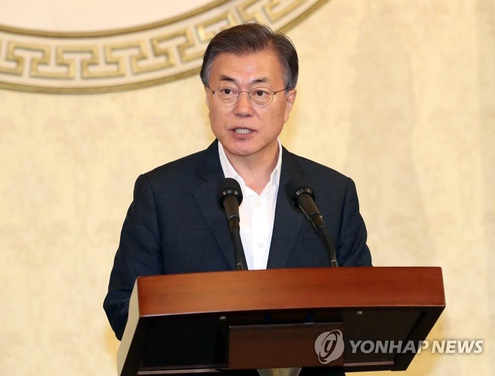 """8月16日,在青瓦台,韩国总统文在寅接见""""世越""""号遇害者家属,并发表讲话。(韩联社)"""