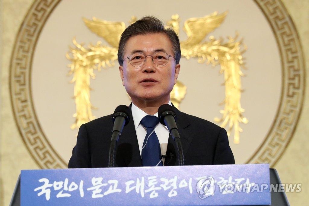 8月17日上午,在韩国总统府青瓦台,总统文在寅迎来就职百日举行记者会。(韩联社)