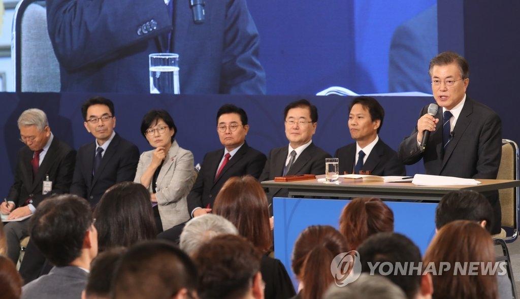 8月17日,文在寅在青瓦台举行就任百日记者会。(韩联社)