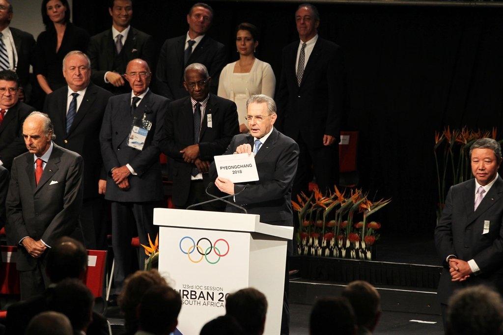 资料图片:2011年7月,在南非共和国德班,时任国际奥委会主席罗格宣布2018冬奥会举办资格花落平昌。(韩联社)