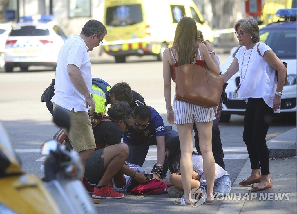 资料图片:西班牙货车撞人恐袭事件现场(韩联社/美联社)