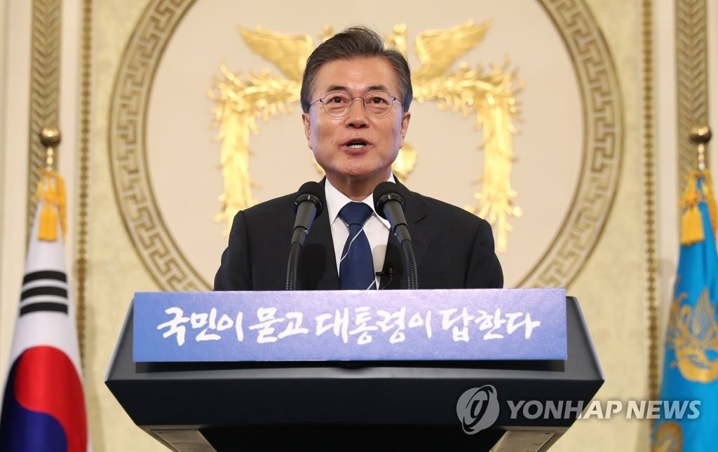 资料图片:8月17日,在青瓦台,韩国总统文在寅迎就职百日举行记者会。(韩联社)