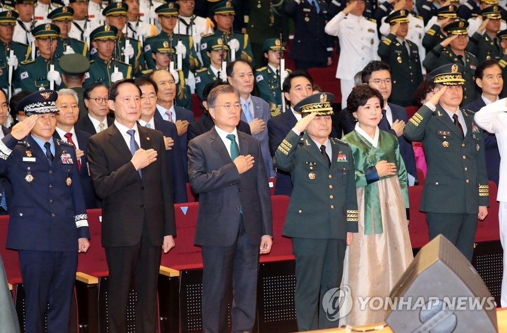 8月20日,在韩国国防部大楼,韩国总统文在寅(左三)出席联参议长离就任仪式。(韩联社)