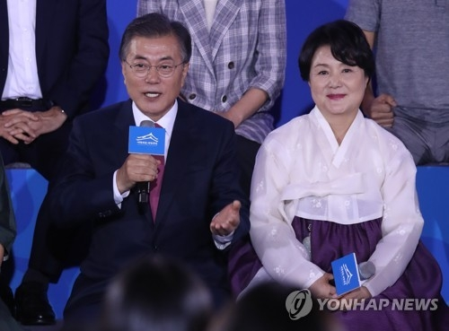 8月20日,在青瓦台,韩国总统文在寅回答国民交接委员会带来的国民提问。(韩联社)