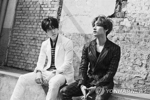 资料图片:男团Super Junior成员东海(左)和银赫(韩联社/Lable SJ提供)