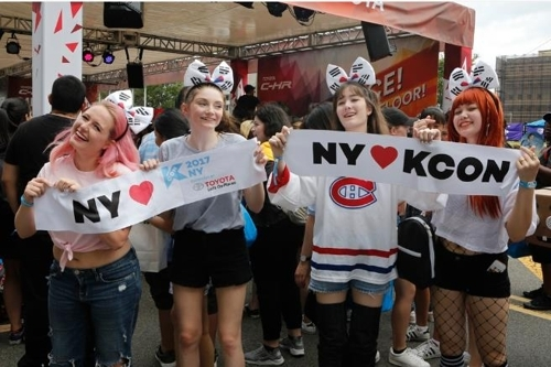 """KCON 2017纽约""上热情的韩流粉丝(韩联社)"