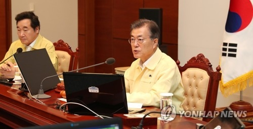 8月21日上午,在青瓦台视频会议室的乙支国务会议上,韩国总统文在寅(右)在发言,图左为国务总理李洛渊。(韩联社)