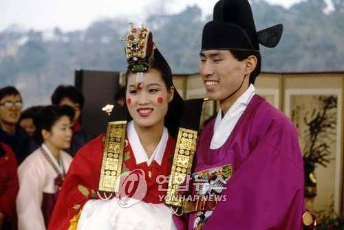 资料图片:1986年4月1日,安宰亨和焦志敏举行婚礼。(韩联社)