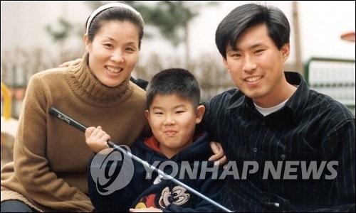 资料图片:安宰亨、焦志敏和安秉勋一家三口合影。