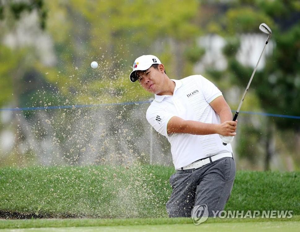 2016年9月28日,在韩国职业高尔夫巡回赛第32届新韩东海公开赛上,安秉勋挥杆比赛。(韩联社)