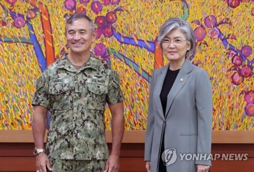 8月22日,在外交部大楼,韩国外长康京和(右)接见了到访的美国太平洋司令部司令哈里斯。(韩联社)