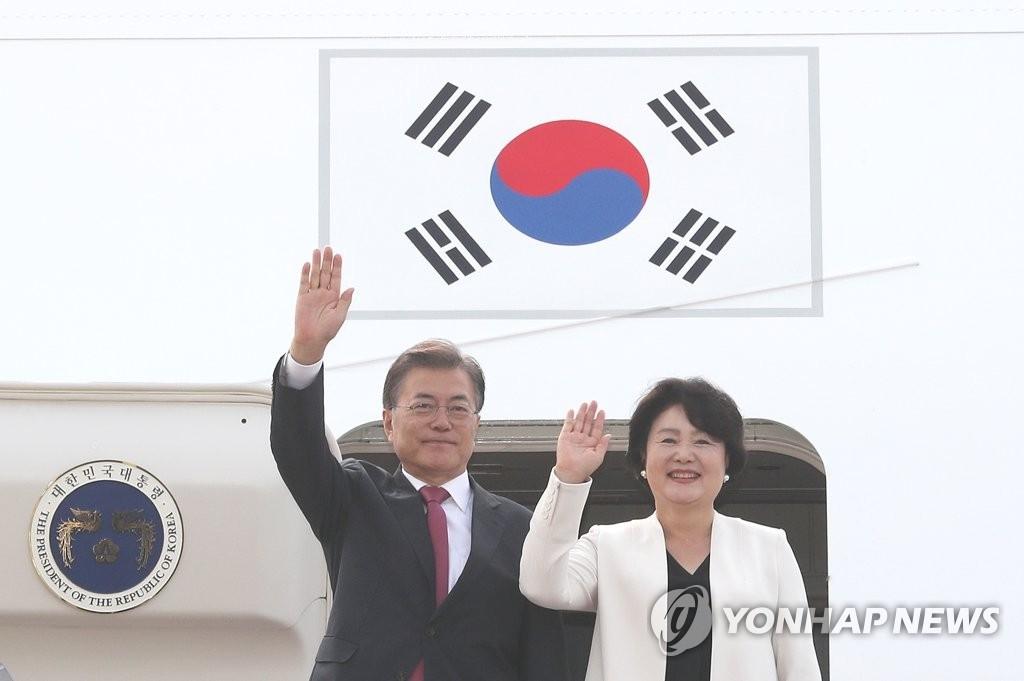 资料图片:韩国总统文在寅(左)与夫人金正淑女士(韩联社)