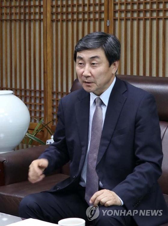 8月21日下午,在首尔汝矣岛国会议员会馆,韩中文化协会会长、共同民主党议员李钟杰接受韩联社记者采访。(韩联社/李钟杰议员室提供)