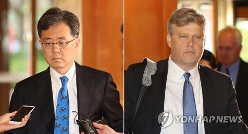 8月22日上午,在首尔市小公洞乐天酒店,韩国通商交涉本部长金铉宗和与美国助理贸易代表迈克尔·比曼准备出席自贸联委会。(韩联社)