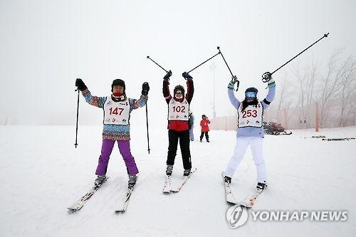 资料图片:外国游客在江原道享受滑雪的乐趣。(韩联社)