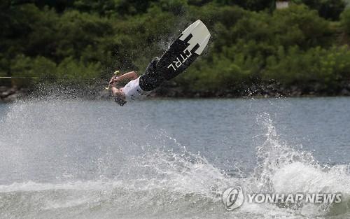 资料图片:2016年春川休闲运动会上的水上滑板比赛(韩联社)