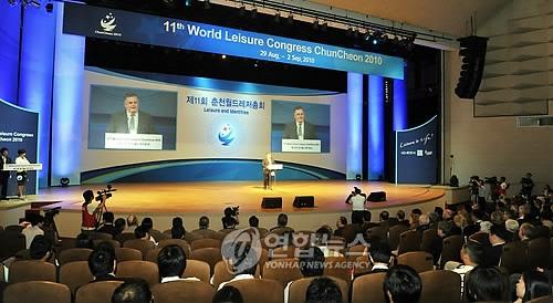 资料图片:2010年举行的春川休闲大会暨世界休闲运动大会现场(韩联社)