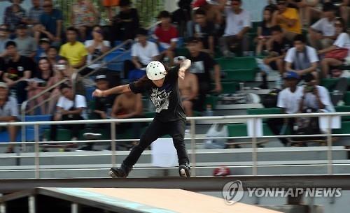 资料图片:2016年举行的春川休闲运动大会上极限运动比赛(韩联社)