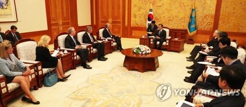 资料图片:8月21日下午,在青瓦台,文在寅总统接见美国国会代表团。(韩联社)