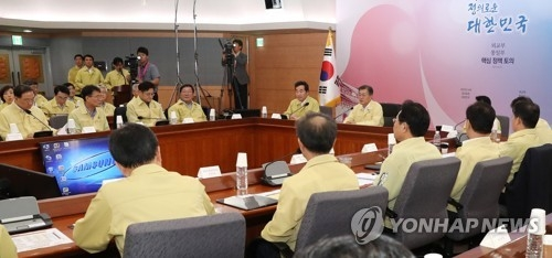 8月23日下午,在韩国外交部,文在寅在2017年外交部·统一部核心政策讨论会上发言。(韩联社)
