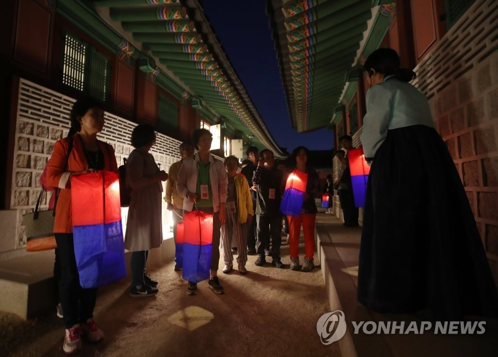 """资料图片:2016年6月举行的""""景福宫星光夜行""""活动(韩联社)"""