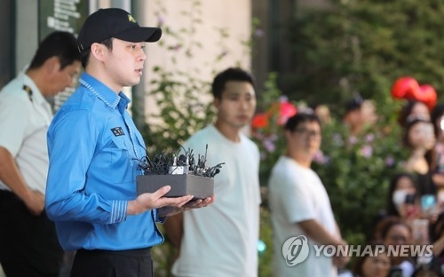 8月25日,在首尔市江南区厅大楼前,服完兵役的朴有天发表感言。(韩联社)